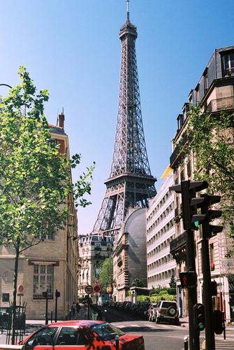 Вид на Эйфелеву башню с авеню Рапп