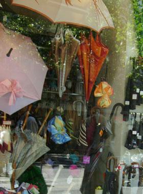 Зонтики в витрине