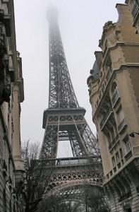 Эйфелева башня в облаках