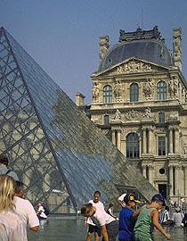 Пирамида на фоне Лувра