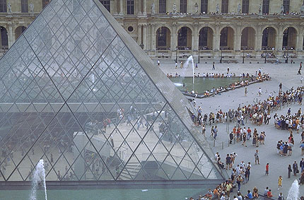 Вид на Пирамиду Лувра и пространство под ней