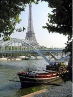 Вид на Эйфелеву башню со стороны Сены