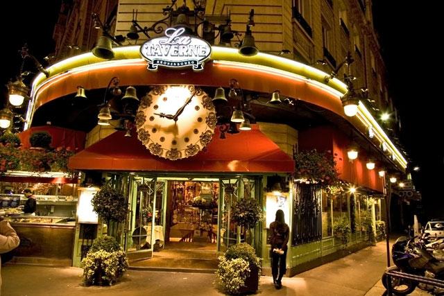 кафе с часами в Париже