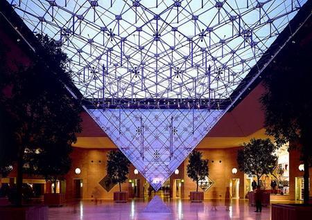зал под пирамидой Лувра внизу