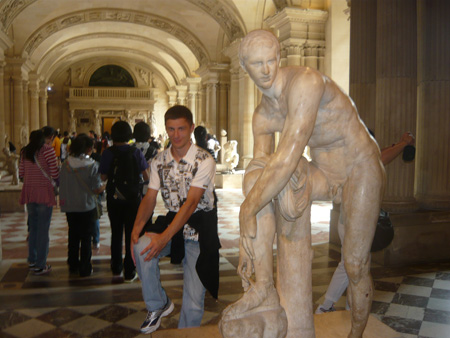 в зале с античными скульптурами