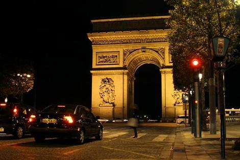 Триумфальная арка на Елисейских полях ночью
